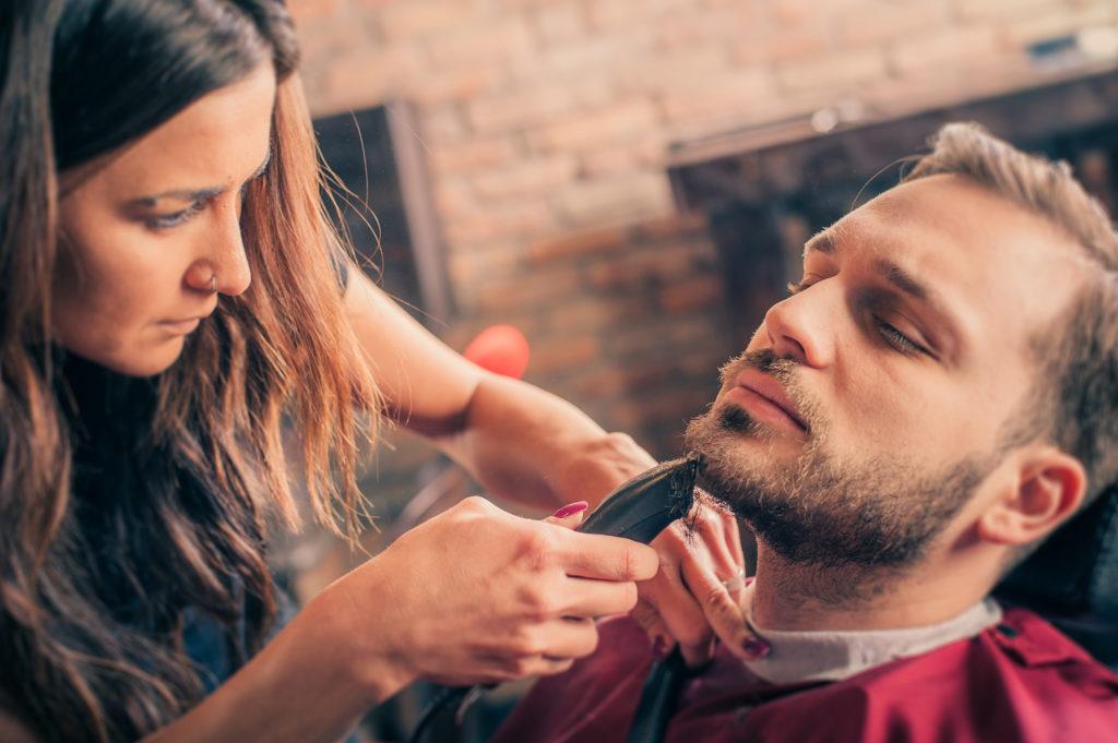 Bartpflege - Barbier rasiert ein Kunden